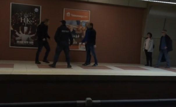 Яростен побой в метрото пред погледа на благ полицай (ВИДЕО)
