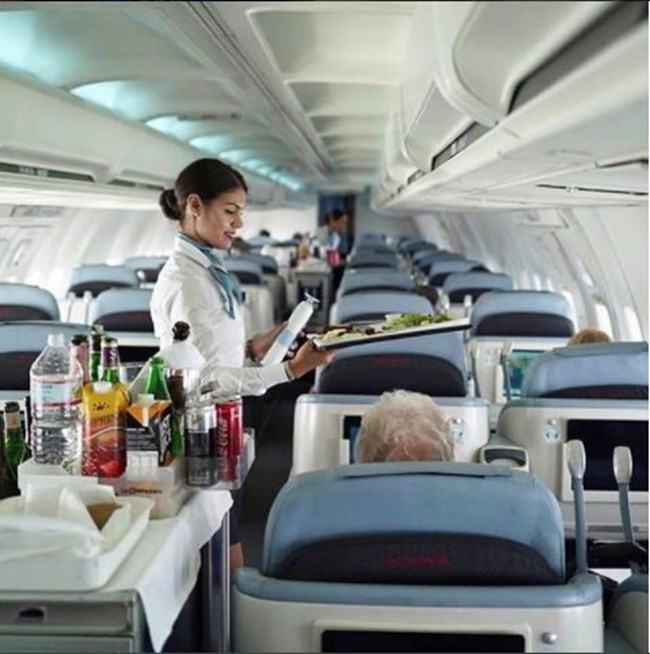 """Френската авиокомпания """"La Compagnie"""" облича своите стюардеси в къси панталонки и бели ризи"""